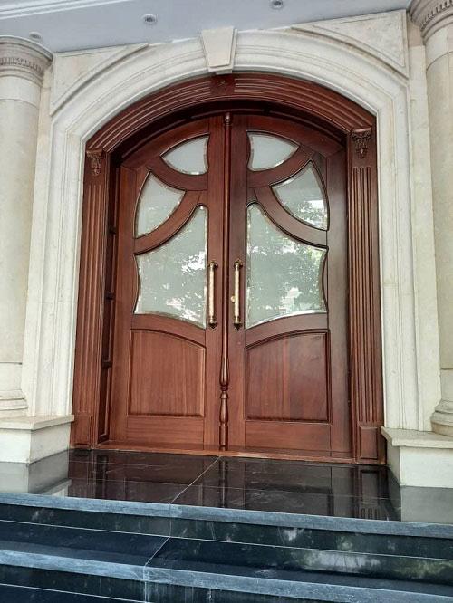 درب ورودی چوبی با طراحی خاص